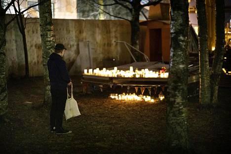 Ihmiset toivat useita kynttilöitä surmatun 16-vuotiaan löytöpaikalle Koskelaan joulukuussa.