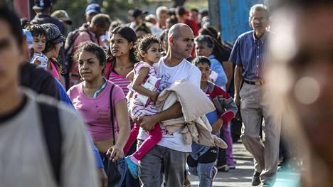 Ihmiset jonottivat ylittääkseen rajasillan Venezuelasta Kolumbiaan sunnuntaina.