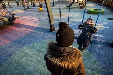 Kaisa Antikainen ja Emil Fagerholm pääsivät viikonloppuna leikkimään lumettomassa Leppävaaran liikuntapuistossa Espoossa.