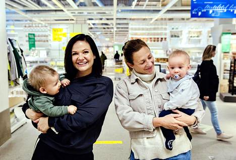 Sisarukset Felzia ja Alexandra Lindell ehtivät Ikeaan keskellä päivää, koska he ovat molemmat äitiyslomalla. Ikea-myymälöiden leikkipaikat, ravintolat ja kahvilat ovat koronavirusepidemian vuoksi nyt suljettuina.
