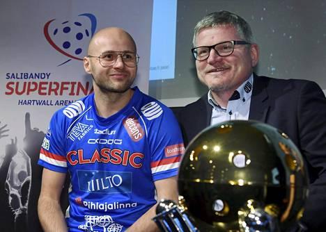 Classicin puolustaja Juha Kivilehto ja valmentaja Petteri Nykky himoitsivat puolivälieräparien valintatilaisuudessa Salibandyliigan mestaruuspokaalia.