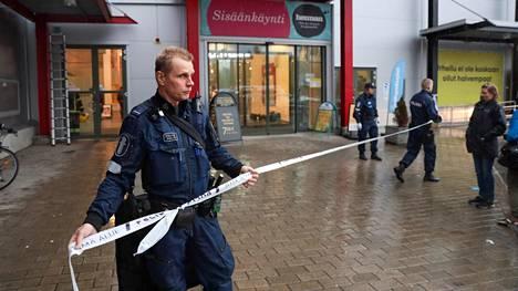 Poliisi eristi alueen.