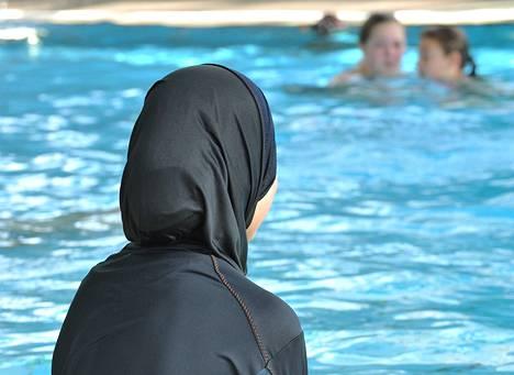 Burqiniin eli kokovartalouimapukuun pukeutunut tyttö osallistui uimatunnille Freiburgissa Saksassa.