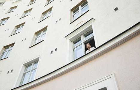 Aleksi Lintunen katselee ulos karanteeniasunnosta Helsingin Kalliossa.