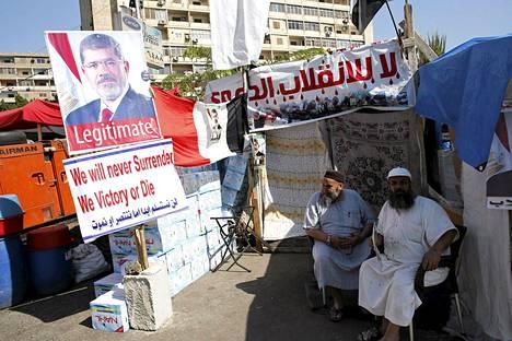 Goma Hadded ja Muhammed Abd Sattar istuskelivat kapinaleirissä Kairossa.