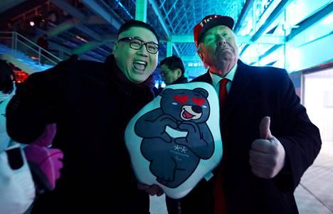 Pohjois-Korean diktaattorin Kim Jong-unin ja Yhdysvaltojen presidentin Donald Trumpin näköismiehet Pyeongchangin olympialaisissa sunnuntaina.