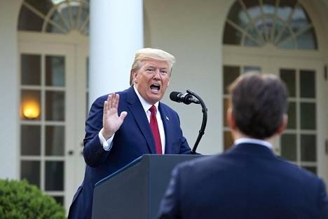 Yhdysvaltain presidentti Donald Trump kertoi rajoitusten pidentämisestä tiedotustilaisuudessa Valkoisen talon puutarhassa sunnuntaina.
