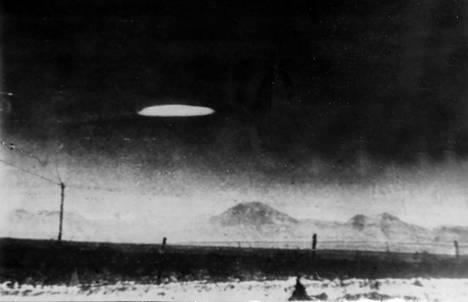 Tämä kuva on julkaistu Ilta-Sanomissa 31.7.1958. Kuvatekstissä kerrotaan, että Amerikan hallitusvirkailija oli ottanut kuvan New Mexicossa lokakuussa edellisenä vuonna.