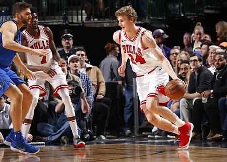 Chicago Bullsin Lauri Markkanen kuljetti palloa ottelussa Dallas Mavericksia vastaan perjantaina.
