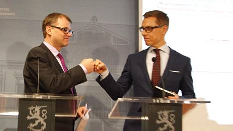 Pääministeri Juha Sipilä (kesk) ja valtiovarainministeri Alexander Stubb (kok) iloitsivat maaliskuussa 2016 kiky-sopimuksen läpimenosta nyrkkitervehdyksellä. Sopimus allekirjoitettiin kesäkuussa.