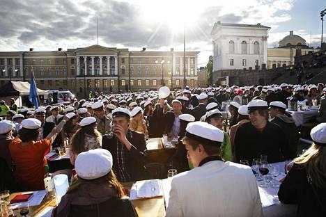Vuonna 2012 Senaatintorilla järjestettiin 850 opiskelijan suursitsit - eli kolmen ruokalajin illallinen johon kuuluu perinteistä juomalaulua. Nyt samanlaisia opiskelijajuhlia ei ole näköpiirissä.