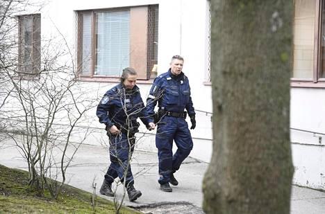 Kaksi virkapukuista poliisia hälytystehtävässä Itä-Pasilassa Helsingissä perjantaina.
