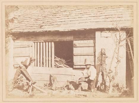 Talbot otti kuvan halkoja tekevistä miehistä vuonna 1845.