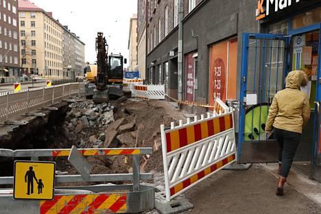 Katutyömaan räjäytykset ilmeisesti saivat jalkakäytävän romahtamaan Mechelininkadulla Helsingin Etu-Töölössä.