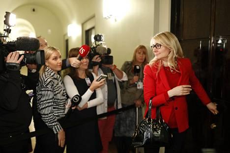 Valiokunnan jäsenet poistuivat kello kahdeksan jälkeen yksitellen pois vaitonaisina. Kuvassa Maria Guzenina (sd).