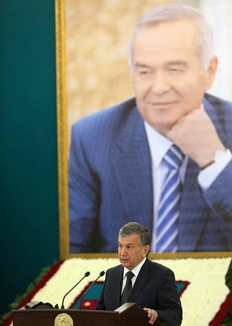 Uzbekistanin pääministeri Shavkat Mirzijojev piti puheen edesmenneen presidentin Islam Karimovin (kuva taustalla) muistotilaisuudessa Samarkandissa viime lauantaina.
