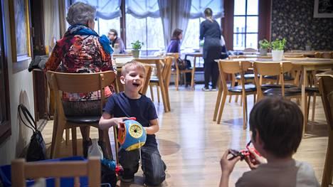 Robin Lepp, 6, ja Rasmus Mumm, 9, puuhailivat Gourmet Coffeen leikkinurkkauksessa.