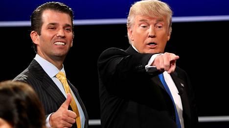 Donald Trump Jr kannusti isäänsä Donald Trumpia vaaliväittelyssä Hillary Clintonia vastaan syyskuussa 2016.