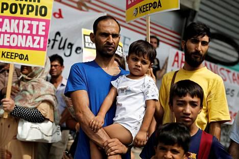 Kreikkaan päätyneet afganistanilaispakolaiset osoittivat mieltään elokuun lopussa Ateenassa. Kreikassa pakolaiset joutuvat odottamaan jatkosijoituspäätöksiä muihin EU-maihin.