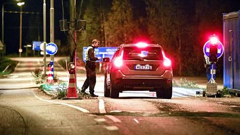 Rajavartija pysäytti Ruotsista saapuvan auton Suomen ja Ruotsin rajalla Kolarissa 18. syyskuuta. Perjantain ja lauantain välisen puolenyön hetkellä astuivat voimaan uudet matkustussäännöt, joiden myötä sisärajaliikenteen valvonnasta luovutaan muun muassa Ruotsistasaapuvien matkustajien kohdalla.