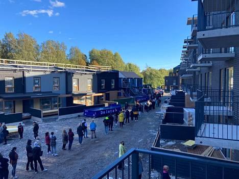 Asuntonäyttöön Helsingin Mellunmäessä jonotti jopa 500 ihmistä.