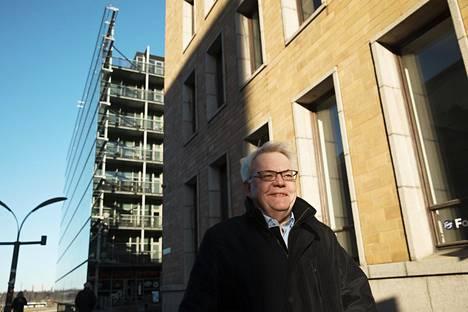 """""""En halunnut käyttää jättilekaa, vaan pikemminkin kutitella höyhenellä, ja saada edes jonkun lukijan ajattelemaan"""", eläkkeelle jäänyt pilapiirtäjä Henrik Karlsson kuvailee töitään."""
