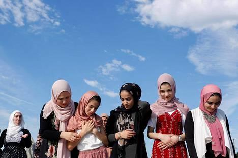 Musliminaisia osallistumassa eid-juhlaan New Yorkin Staten Islandilla sunnuntaina.