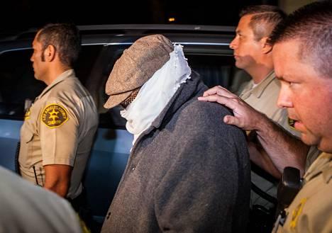 Poliisit saattoivat Basseley Youssefia kotoaan kuulusteluihin Los Angelesissa syyskuun puolivälissä.