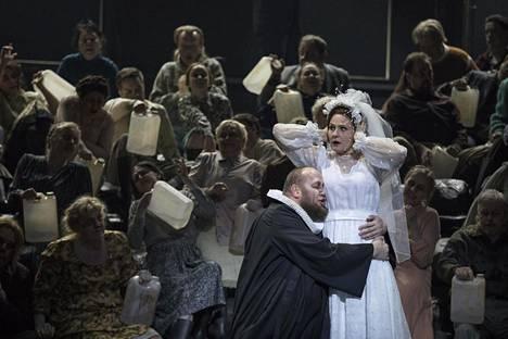 Katerina (Svetlana Sozdateleva) ja pappi (Koit Soasepp) oopperan hääkohtauksessa.