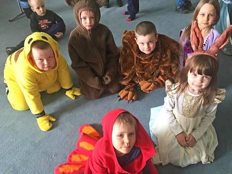 Kuulas-lastenteatterifestivaalilla lapset ovat pääosassa. Festivaali järjestetään toukokuisin Kouvolassa. Kuva vuodelta 2017. Kirjan kuvitusta.