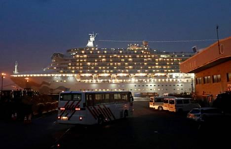 Bussi saapui karanteenissa olevan Diamond Princess -risteilyaluksen luo Jokohaman satamassa Japanissa sunnuntaina.