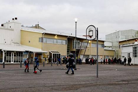 Helsinki aikoo uudistaa koulujen ja päiväkotien aluejakoja. Kuvassa Pikku Huopalahden ala-asteen koulu.