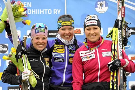 Hopeaa saavuttanut Krista Lähteenmäki (vas.), Suomen mestari Kerttu Niskanen ja kolmanneksi sijoittunut Aino-Kaisa Saarinen poseeraavat naisten perinteisen hiihtotavan 20 kilometrin kilpailun jälkeen SM-hiihdoissa Jyväskylän Vaajakoskella sunnuntaina.