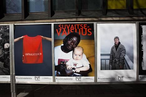 Helsingin Postitalon kulmalle ilmestyi tiistaina poliittisia kuvia, jotka muistuttavat vaalijulisteita. Saara Horningin, Stefan Bremerin ja Miikka Pirisen kuvat kommentoivat Suomen nykytilaa.
