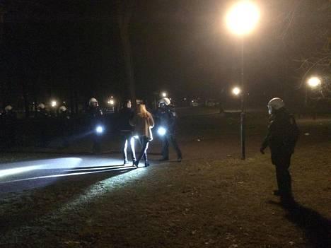 Poliisi tyhjensi sunnuntai-iltana Kaivopuiston rähinöiden vuoksi.