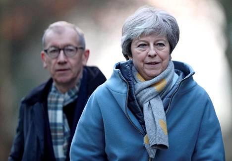 Britannian pääministeri Theresa May poistui miehensä Philipin kanssa jumalanpalveluksesta High Wycombessa sunnuntaina.