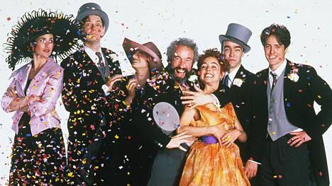 Andie MacDowell (vas.), James Fleet, Kristin Scott Thomas, Simon Callow, Charlotte Coleman, John Hannah ja Hugh Grant olivat Neljät häät ja yhdet hautajaiset -elokuvan pääosissa.