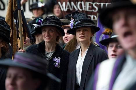 Pesulatyöläiset Violet (Anne-Marie Duff) ja Maude (Carey Mulligan) liittyvät suffragetteihin.