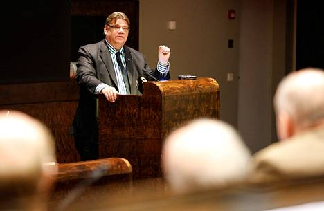 Timo Soini puhui perussuomalaisten puoluevaltuuston kokouksessa lauantaina ja muistutti keskustaa politiikan pöytätavoista.