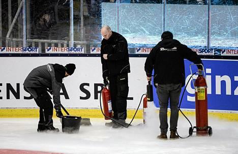 Västeråsin hallin henkilökunta yritti turhaan korjata kesken maaottelun pettänyttä jäätä perjantaina.