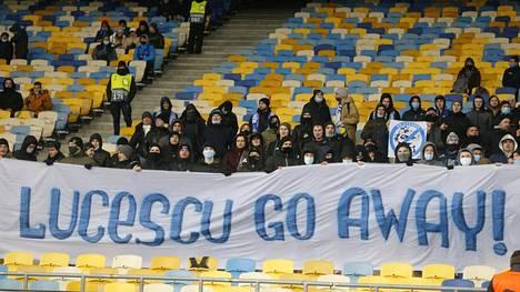 Mene pois, Lucescu, kehottivat Kiovan Dynamon kannattajat lakanassaan maaliskuisessa Villarreal-ottelussa. Seuran valmentaja Mircea Lucescu on vihattu mies, vaikka hän on palauttamassa Dynamoa mestariksi viiden vuoden tauon jälkeen.