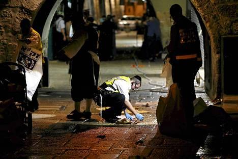 Mies siivosi lauantaina veritahroja Jerusalemin vanhassakaupungissa paikassa, jossa poliisi oli ampunut kaksi ihmistä puukottaneen palestiinalaismiehen.