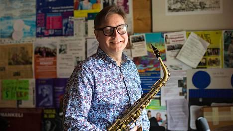 """""""Elämän merkityksestä katoaa jokin osa, jos ei pääse soittamaan"""", Jari Perkiömäki sanoo. Hänen viisivuotiskautensa Taideyliopiston rehtorina päättyi marraskuussa."""