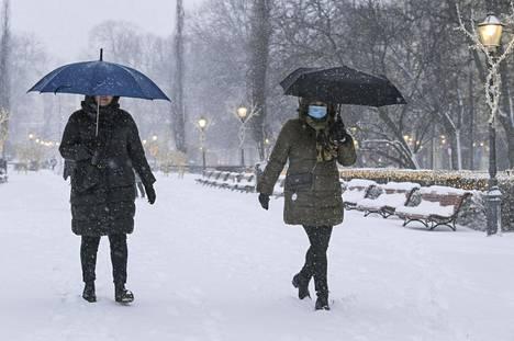 Esplanadin puisto on suosittu kävelyväylä kesät talvet. Pohjoisesplanadin ja Eteläesplanadin autoliikenteen vähentämisestä on väitelty jo vuosia.