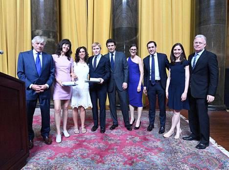 The New York Times in toimittajat Megan Twohey ja Jodi Kantor (toinen ja kolmas vas.) sekä The New Yorkerin toimittaja Ronan Farrow (neljäs vas.) ottivat muiden voittajien mukana vastaan vuoden 2018 Pulitzer-palkinnot.