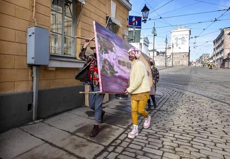 Tuure Kilpeläinen ja Manuela Bosco raahaavat suurta maalausta ydinkeskustassa. He haluavat keskustaan tilan, jollaisia löytyy pariskunnan mukaan jo esimerkiksi Lissabonista, Berliinistä ja New Yorkista.