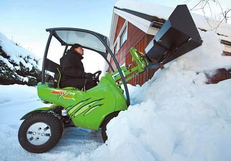 Avant 220 -pienkuormaaja antaa lumelle kyytiä.