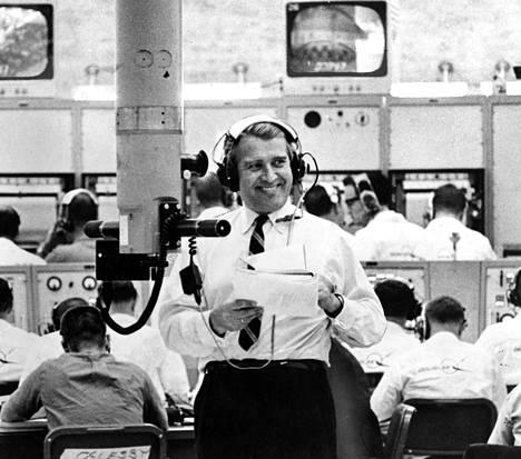 Tri Wernher von Braun on Yhdysvaltain rakettisuunnittelun nero. Tarkkailuhuoneessa hän seurailee periskoopillaan USA:n voimakkaimman, 50 metriä korkean Saturnus SA-5-raketin laukaisua. Kasvojen ilmeestä päätellen on kaikki sujunut hyvin.