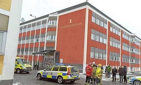 Poliisi oli pysäköinyt keskiviikkona räjähdystä säikähtäneen koulun eteen Huddingessa lähellä Tukholmaa.