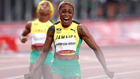Yleisurheilu   Thompson-Herah johti Jamaikan naiset kolmoisvoittoon sadalla metrillä – keskinäiset onnittelut jäivät väkinäisiksi